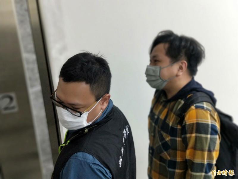 加利公司委託代表李先生(左)到勞檢處說明員工出勤情況。(記者何玉華攝)