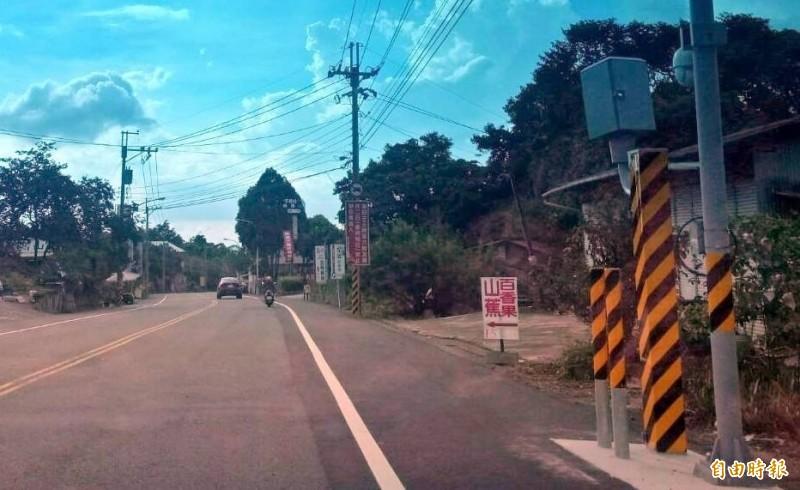 溪頭對外要道151縣道裝設的固定式測速照相桿因速限過低引發民怨。(記者謝介裕攝)