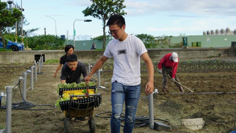 台東縣政府社會處利用暑假安排23名低收及中低收二代青年提早體驗職場工作。(記者陳賢義翻攝)