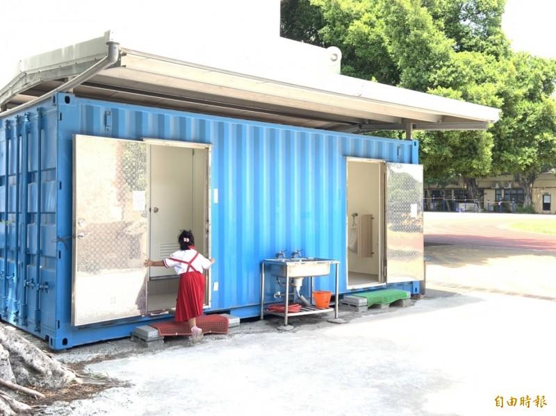 清水國小建置的臨時貨櫃屋廁所男女各只有3間,家長質疑數量不足影響學童上廁所 。(記者歐素美攝)