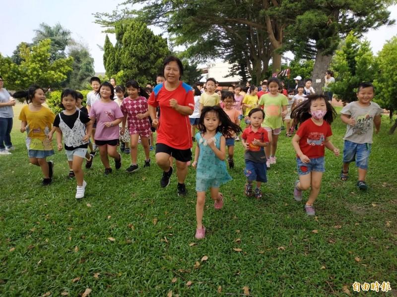 九九國民體育日,麥寮興華國小學生公益路跑。(記者詹士弘攝)