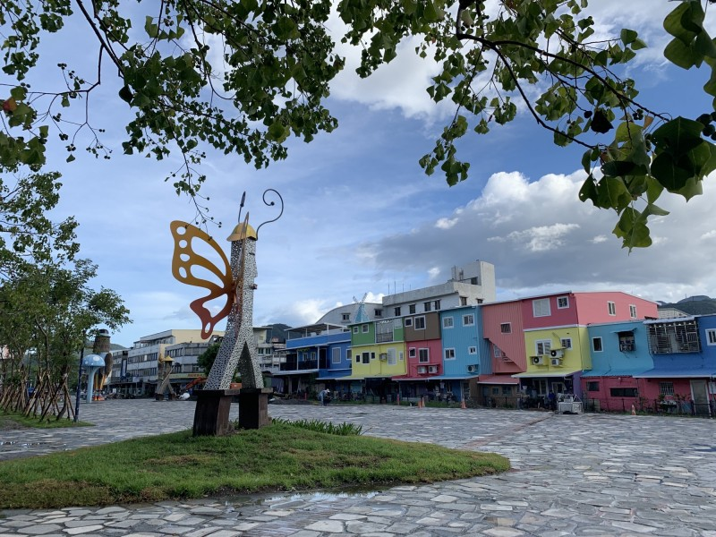 冬山火車站前的改造工程,最近完工亮相,其中車站前方的老宅化身彩虹牆,媲美基隆正濱漁港,令不少在地民眾驚艷。(記者張議晨翻攝)