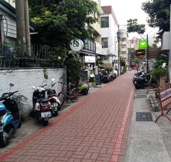 台南市交通局提醒,紅線內外道路範圍均不可停車。(台南市交通局提供)