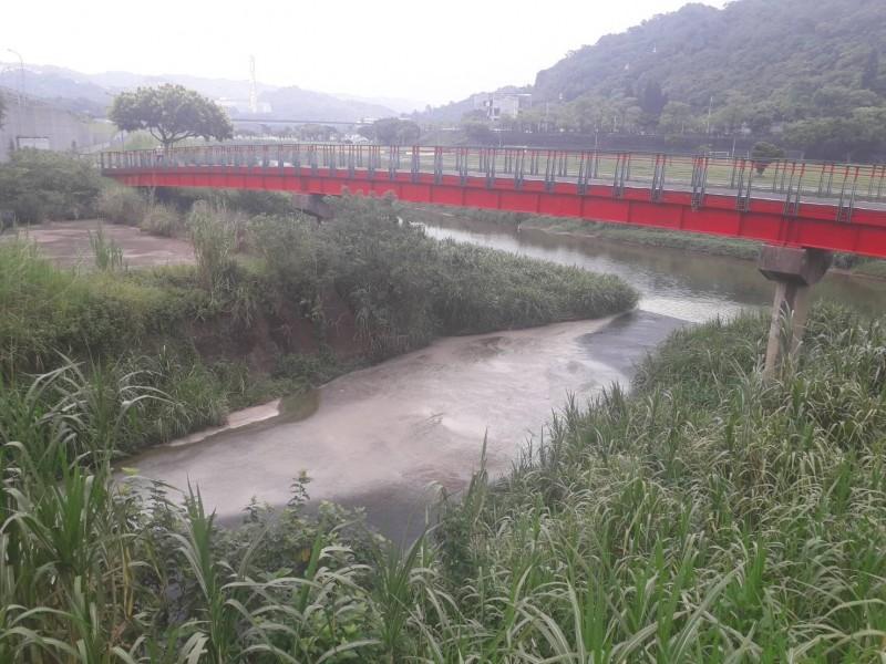 台北市文山區景美溪昨天下午被民眾發現遭不明乳白色污水污染。(台北市環保局提供)