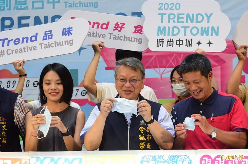 文化局舉辦「2020創意台中」活動,副市長令狐榮達(中)率眾人一起戴好口罩再合影!(記者廖耀東攝)