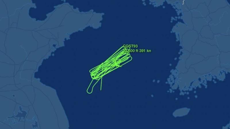 中國解放軍在黃海軍事演習之際,美國空軍1架RC-135S偵察機今早抵黃海上空進行偵查,且持續繞行至少4小時,讓飛行路線彷彿密集的「迴紋針」一般。(照片取自Aircraft Spots推特)
