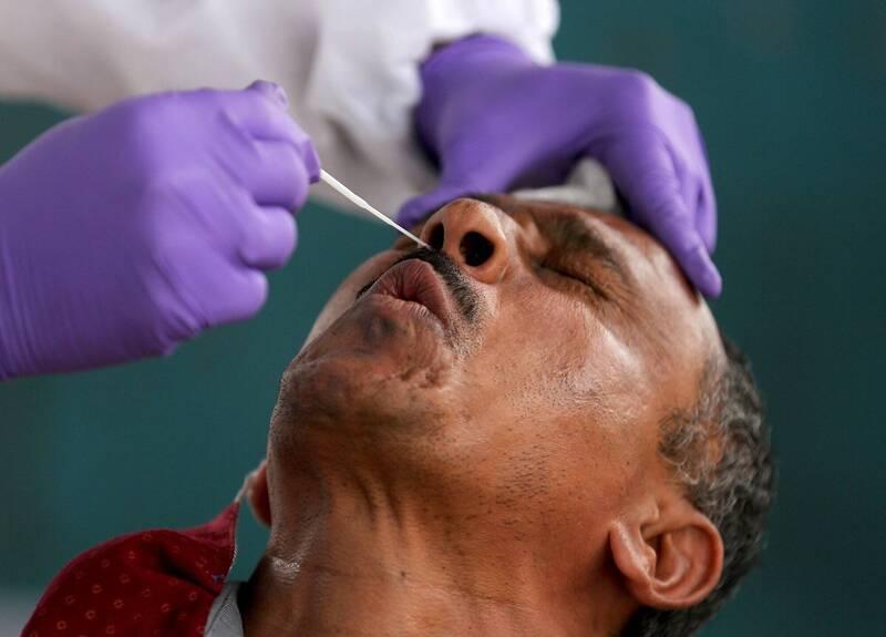 法新社彙整至9日晚間,全球至少89萬8503人死於武漢肺炎,至少2763萬1550人確診。圖為印度班加羅爾(Bangalore)武漢肺炎篩檢。(歐新社)