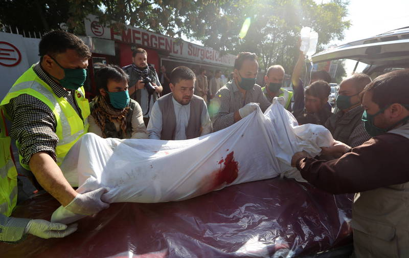 阿富汗首都喀布爾今早發生一起針對副總統沙雷車隊的炸彈攻擊,目前已造成10人死亡,15人受傷,沙雷則逃過一劫。圖為救護人員將傷者辦移到急救架上。(歐新社)
