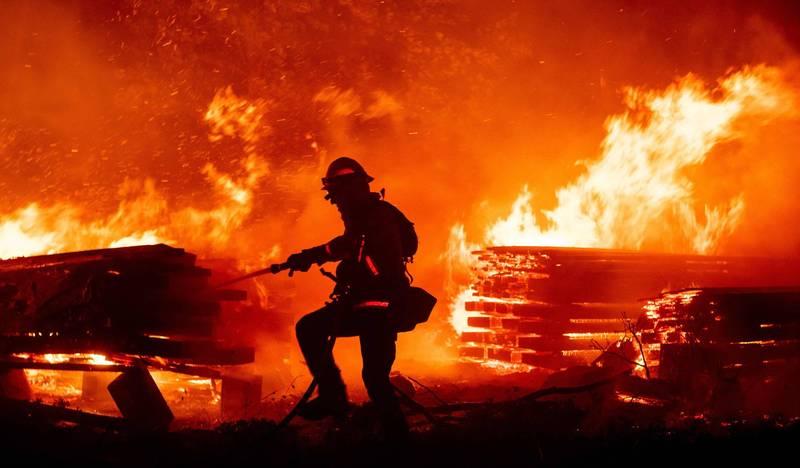 加州野火近期不斷延燒,自8月中至今仍未受控。(法新社)