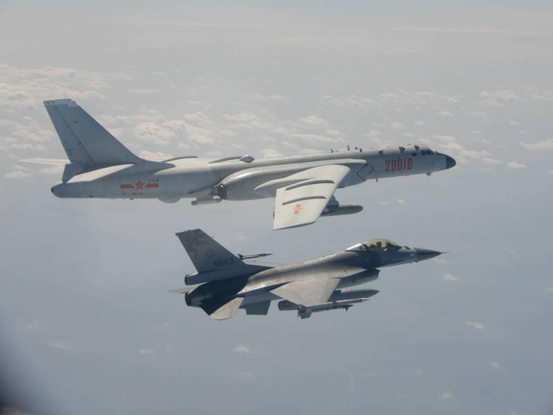 國防部曾公布我國F-16戰機(右)嚴密監控中共「轟六」轟炸機(左)的照片。(國防部提供)