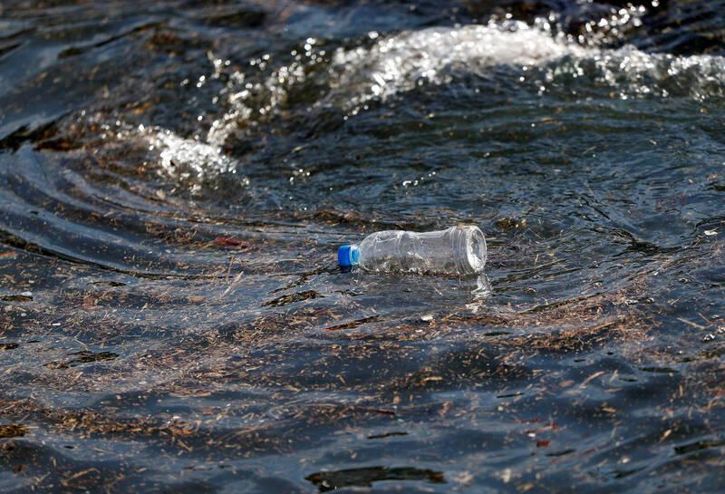 美國德拉瓦州1名男子瓦許穆斯(Brad Wachsmuth)日前划皮艇時,發現了35年前小女孩芮德(Cathi Riddle)與親友威爾斯(Stacey Wells)寫的瓶中信。示意圖。(路透)