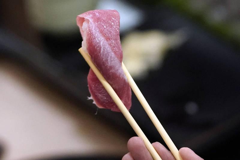 網友PO文控訴,吃迴轉壽司時,坐他對面的大嬸,竟將吃一口的壽司偷偷放回迴轉台上。示意圖。(彭博檔案照)