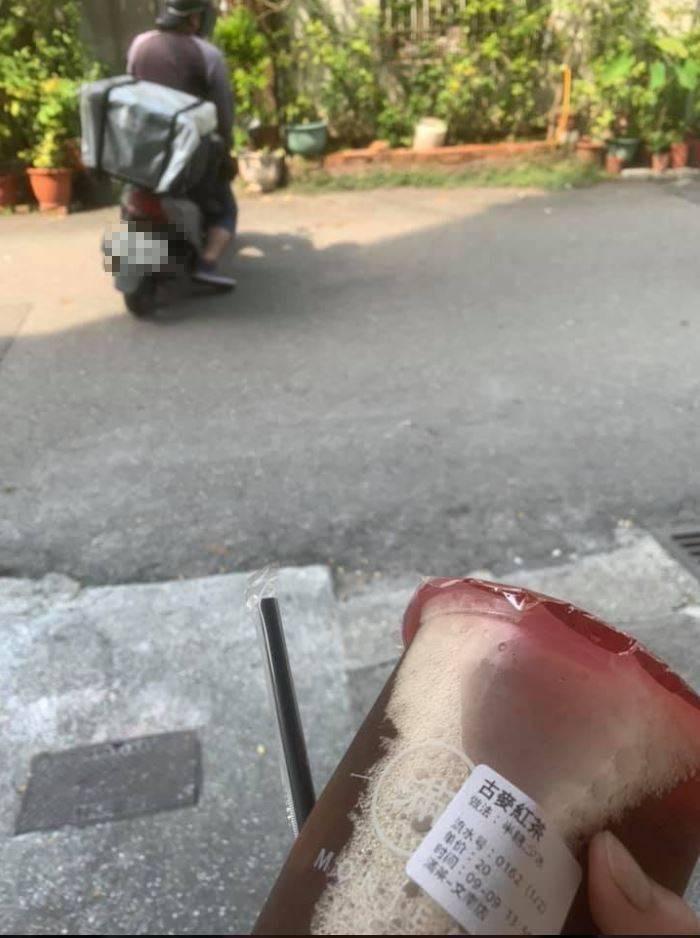 原PO貼出外送員臨走前的身影與拿到的飲料。(圖擷自爆廢公社)
