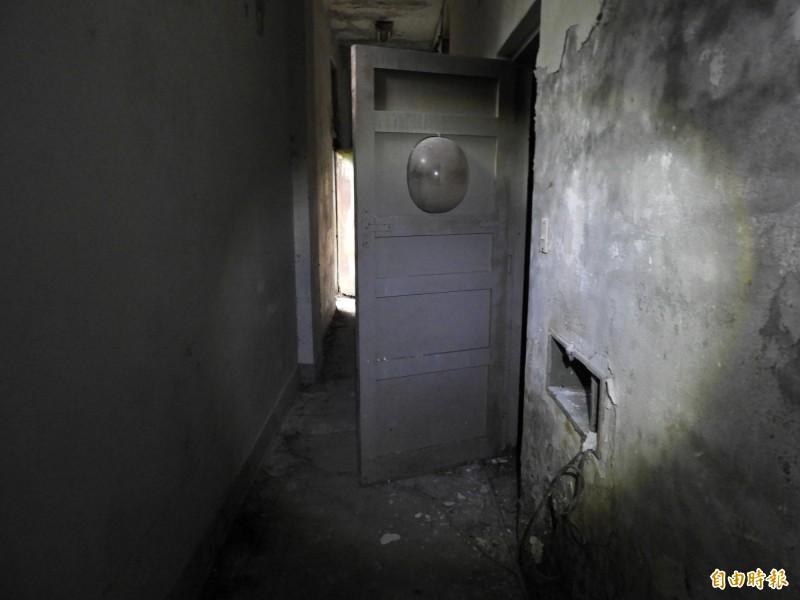 調查局安康接待室用來關押人犯的押房,門上有圓形透明玻璃,以利從外面監視人犯。(記者陳鈺馥攝)