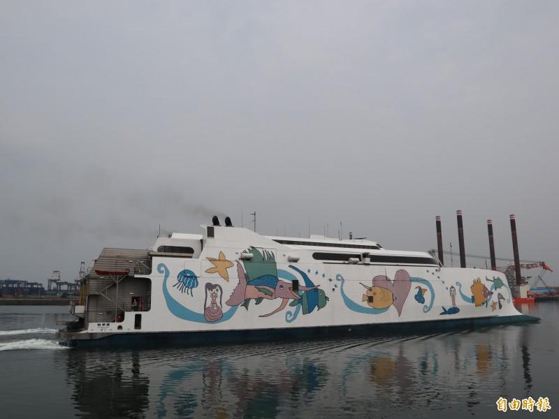 「麗娜輪」總噸位10712噸級,屬大型高速客船,遊客上下船走船橋,且抗12級風,航行穩定,遊客搭乘更舒適。(記者歐素美攝)