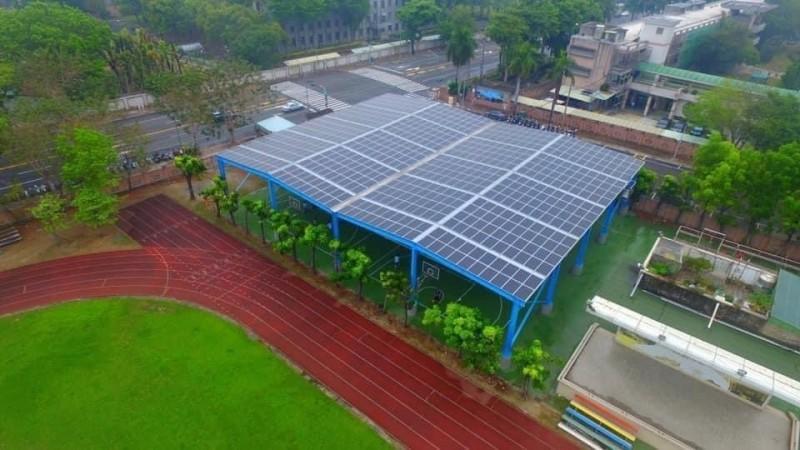 左營高中太陽光電球場,屋頂鋪設1602片太陽能板。(左營高中提供)