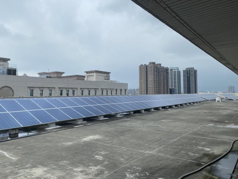 高雄市四維行政中心頂樓架設光電面板,供應樓層電力。(記者黃旭磊攝)