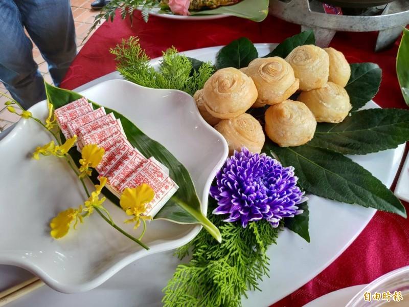 百年老店的松本坊彩頭酥,以及鄭玉珍餅鋪的鳳眼糕。(記者劉曉欣攝)
