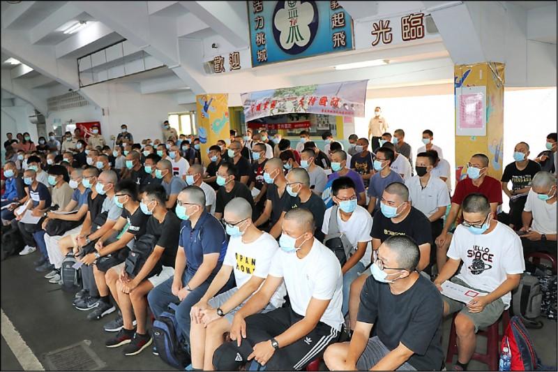 嘉義市104名役男等待入伍上車時情形。(記者林宜樟翻攝)
