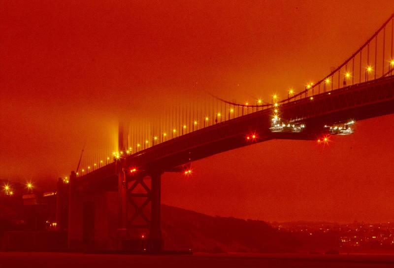 加州舊金山灣區9日上午被野火造成的煙霧和灰燼壟罩,天空被染成橘紅色。(美聯社)
