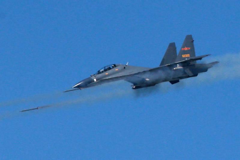繼昨日殲10戰機擾台,國軍今再度偵獲中共SU-30戰機、運八軍機等多型機,多架次進入我西南空域防空識別區活動。圖為SU-30戰機。(歐新社資料照)