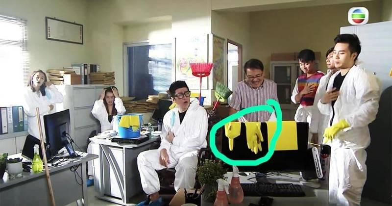 由香港TVB製作的情境喜劇影集《愛·回家之開心速遞》,日前最新一集的場景布置中疑似出現「五大訴求 缺一不可」的「五一」手勢,結果有支持建制派的觀眾氣的表示要罷看該節目。(圖擷取自陶傑facebook)