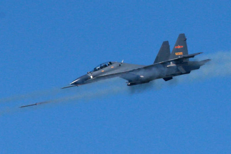 繼昨日殲10戰機擾台,國軍今再度偵獲中共SU-30戰機、運八軍機等多型機,多架次進入我西南空域防空識別區活動,我空軍派遣空中兵力嚴密監控、應對。圖為SU-30戰機。(歐新社資料照)