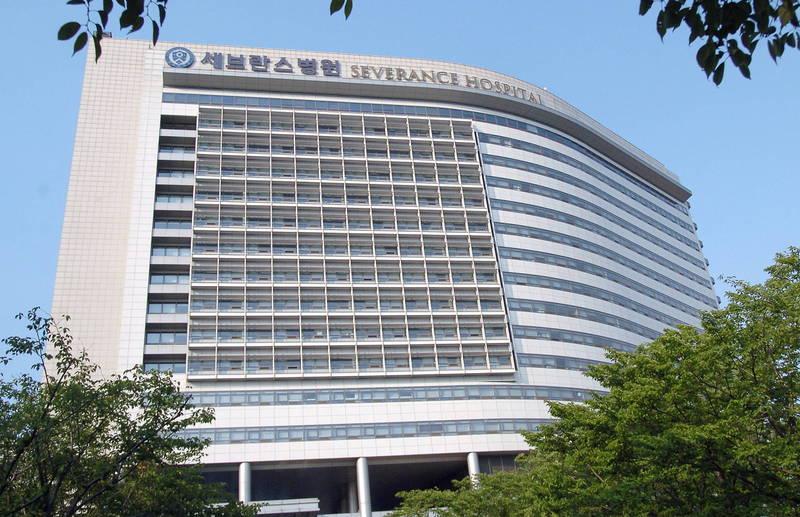 南韓首爾的延世大學塞布蘭斯醫院爆發群聚感染,今日傳出有17例確診病例,包含病患和醫院員工,當局仍在追蹤其感染途徑。(法新社)