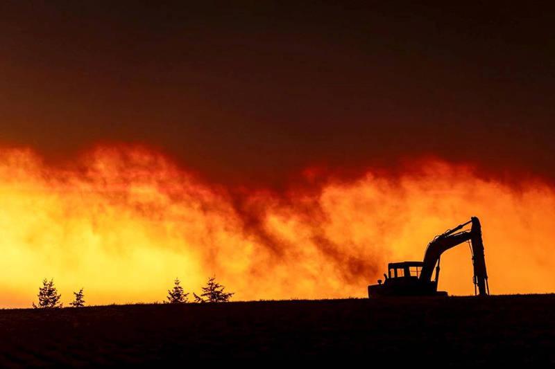 美國西岸的山火持續失控,火勢蔓延至加州、俄勒岡州及華盛頓州多個地區,俄勒岡州繼先前發布緊急狀態後,州長布朗9日表示,死亡人數和財產損失恐將創下州史之最。(路透)
