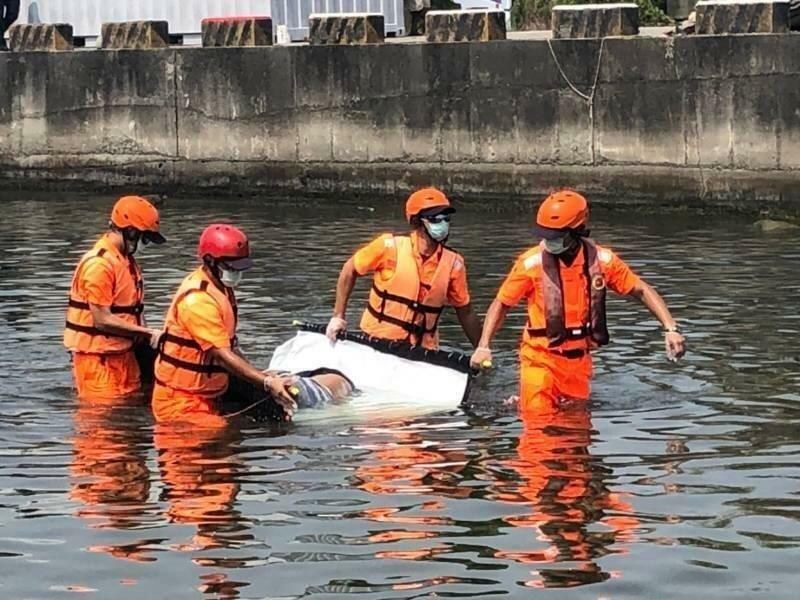海巡人員昨天下午在蚵仔寮港區打撈起1具浮屍。(記者許麗娟翻攝)