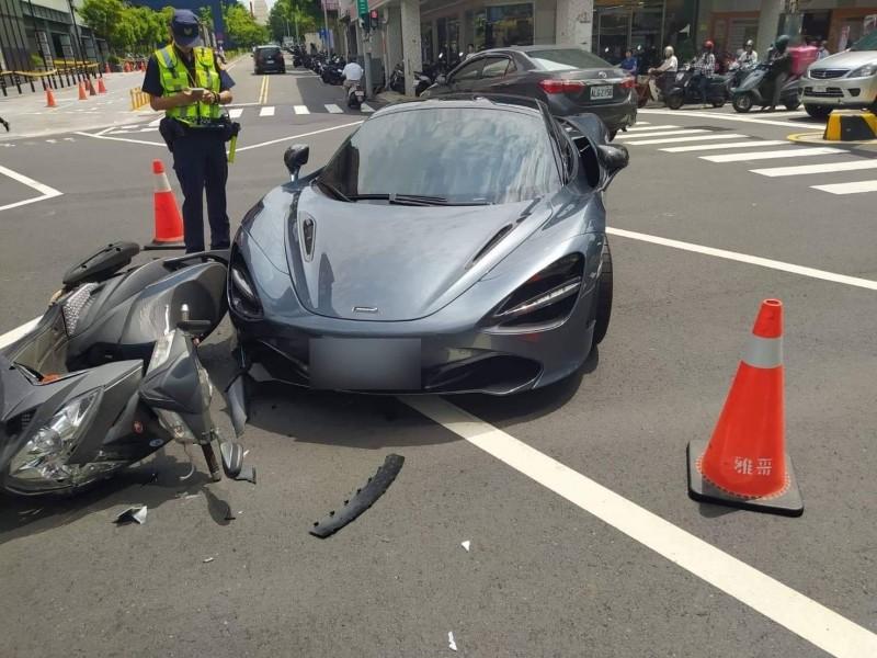 一輛麥拉倫千萬超跑今天上午在台南市區西門路、樹林街口擦撞一輛機車,引起網友在社群討論。(圖:取自網路社群)