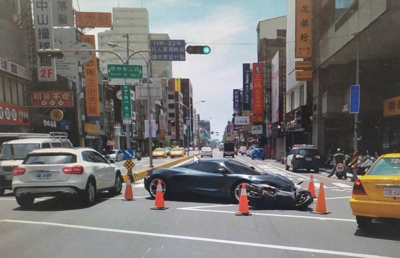 一輛麥拉倫千萬超跑在台南市區西門路、樹林街口擦撞一輛機車,引發討論。(記者王俊忠翻攝)