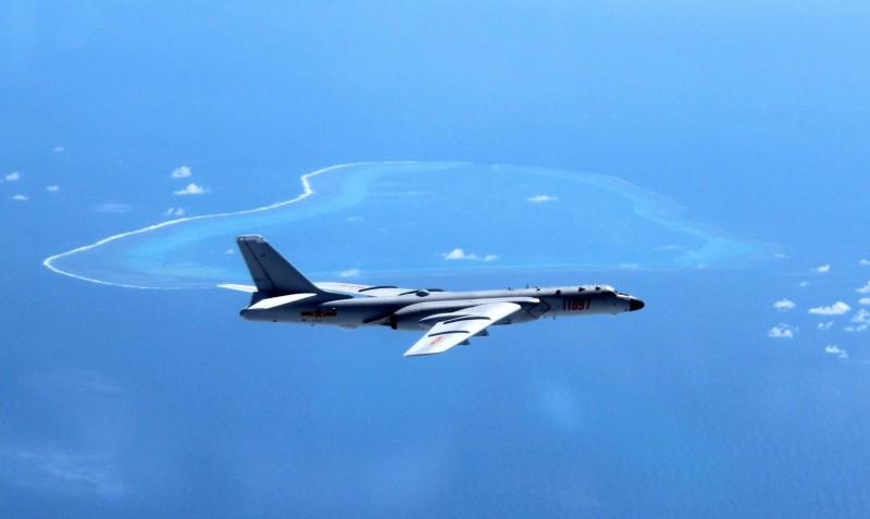 中國「轟6K」轟炸機在南海上空巡邏。(美聯社檔案照)