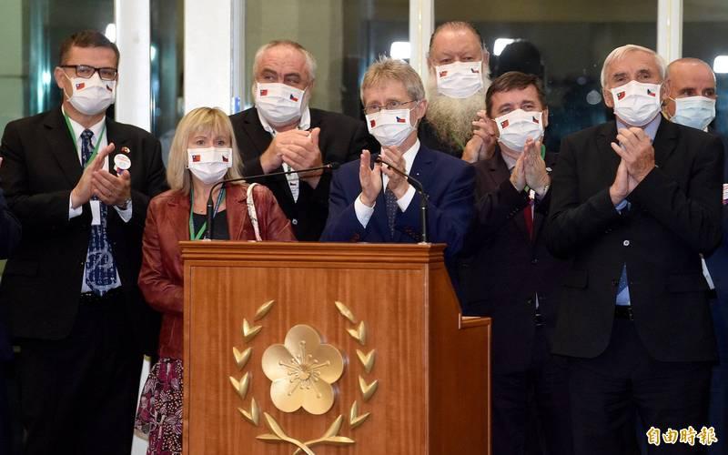 捷克參議院議長維特齊日前率近90人大陣仗訪問台灣,引發中國反彈,今天傳出中國文旅部宣稱由於捷克境內疫情出現反彈跡象,提醒中國公民暫勿前往旅遊。(資料照)