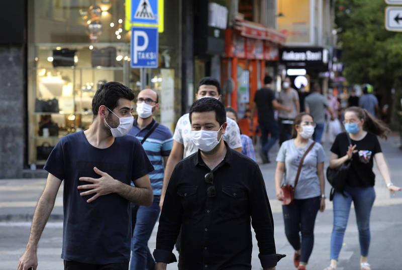 土耳其疫情持續惡化,尤其首都安卡拉,當地醫生更形容這座城市已經是另一個「武漢」。圖為土耳其民眾戴著口罩走在安卡拉街頭上。(美聯社)