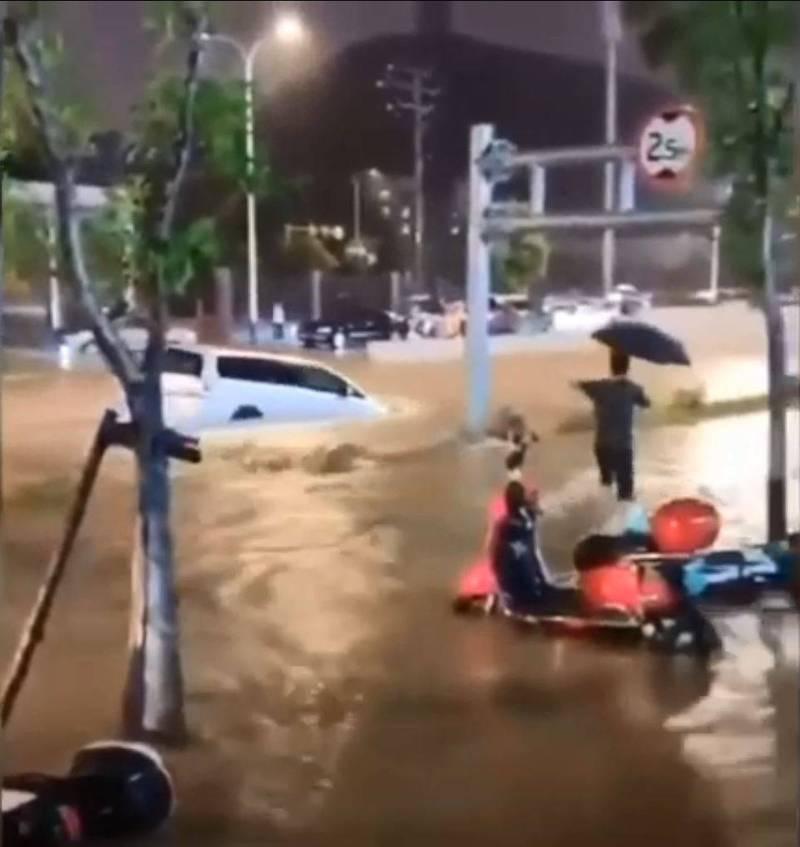 中國福建省寧德市疑因「人工降雨」劑量錯誤,狂降暴雨,市區成汪洋。(圖截自微博影片)