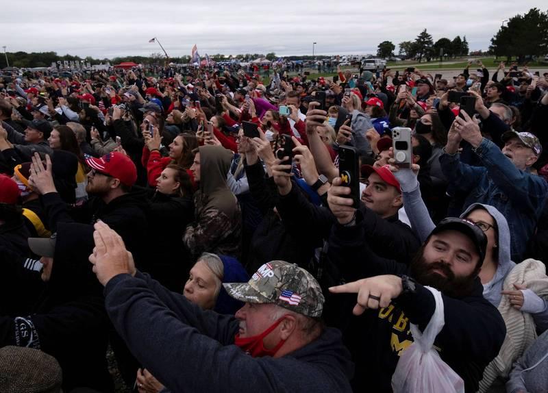 川普的造勢大會中許多人沒有戴上口罩。(路透)