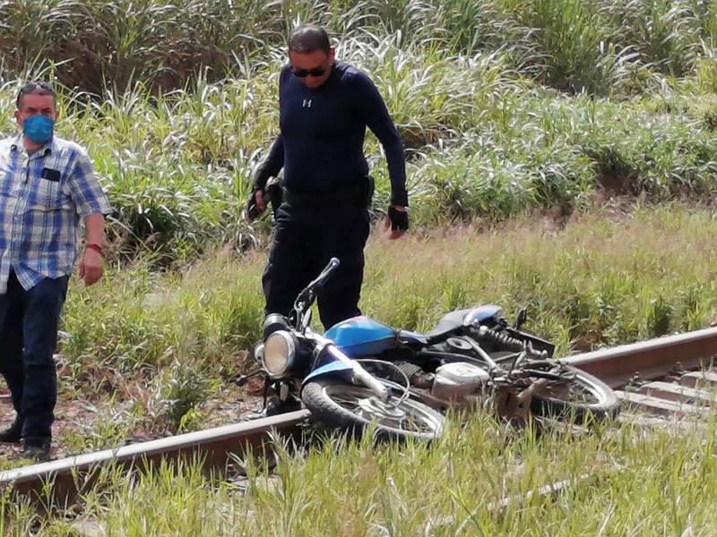 一台摩托車橫躺在瓦爾迪維亞遺體的附近。(路透)