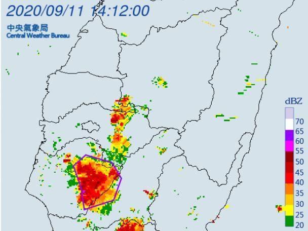 氣象局下午2時對嘉義縣、台南市及高雄市發布大雷雨即時訊息,持續時間至下午3時止。(擷取自中央氣象局)