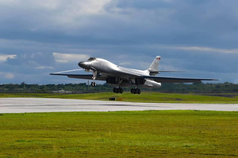 美國4架B-1槍騎兵戰略轟炸機昨天抵達關島,帶來200名飛行員。(圖取自美國太平洋空軍)