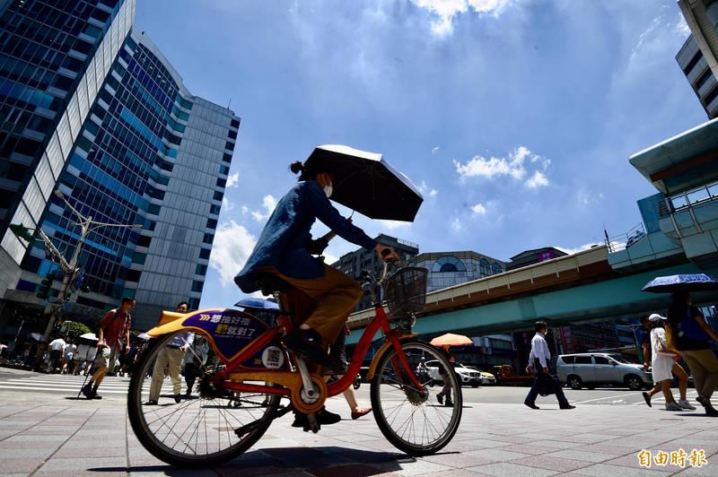 氣象局下午1時24分對台北市發布高溫特報。(資料照)
