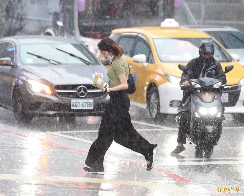 週六(12日)天氣不穩定,外出記得要攜帶雨具。(資料照)