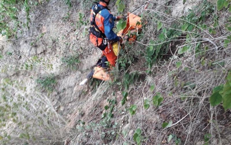 男子撿空拍機失聯,今被發現跌落80公尺山谷,已無生命跡象,送往醫院搶救仍不治。(記者蔡政珉翻攝)