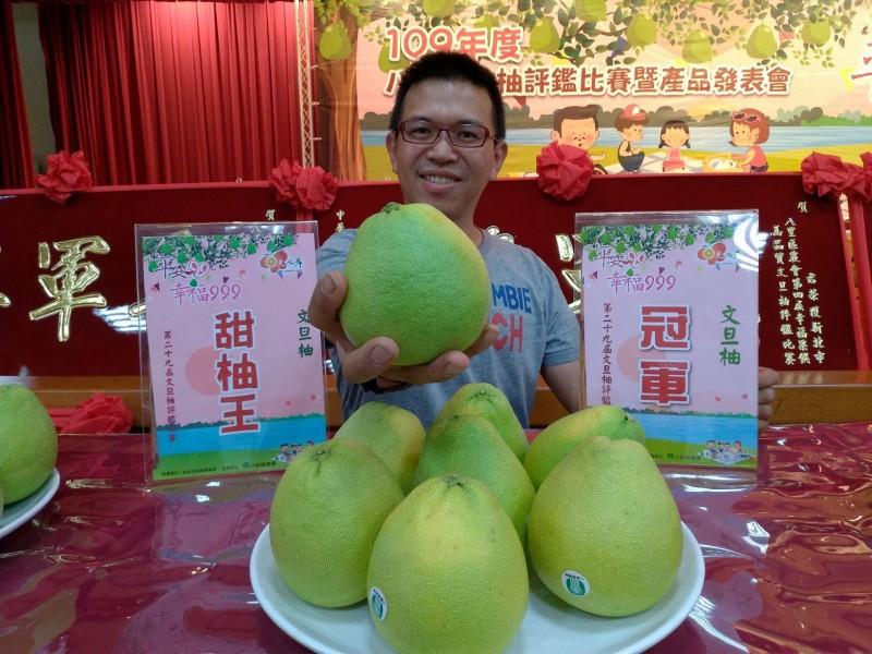 農友李炳輝獲「第29屆文旦柚」冠軍。(新北市政府農業局提供)