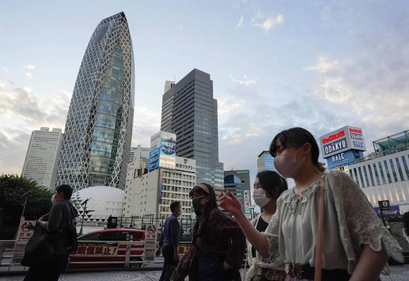 日本東京時隔10天再現單日新增破200例確診。圖為東京民眾戴口罩防疫。(歐新社)
