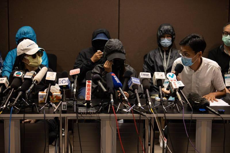 12名港人家屬今日下午聯同立法會議員朱凱廸、涂謹申召開記者會,表示自8月23日至今事發21日,被拘留者仍被「秘密關押、音訊全無」。(歐新社)