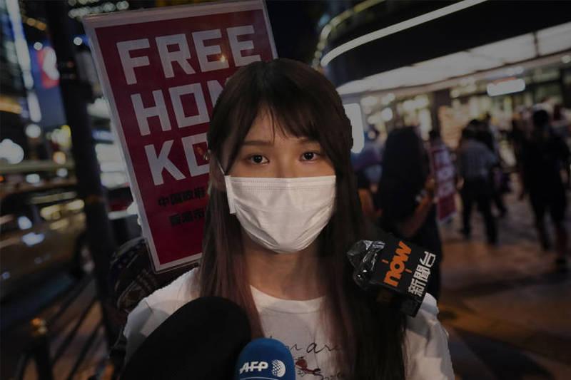 12名香港青年上月23日遭中國公安攔截並秘密關押,至今已21日但仍情況未明,香港民運人士周庭怒轟港府坐視不管,今發文悲嘆,在正常社會中,對自由價值的追求與一家大小平安,不應是二擇一的選擇題。前為美聯社,後為歐新社。(本報合成)