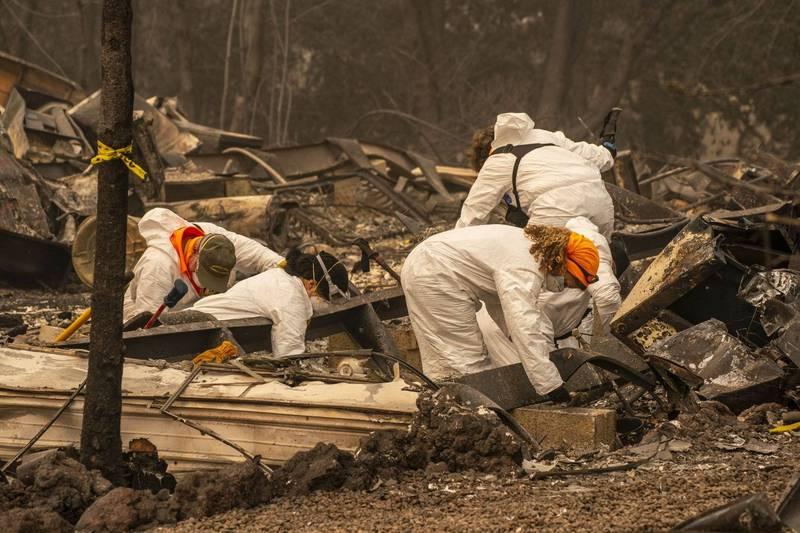 美國俄勒岡州野火滔天,州府正在為大規模傷亡事件做準備,目前已有數十人失蹤。圖為搜救人員在殘骸中尋找是否有失蹤民眾的遺體。(法新社)