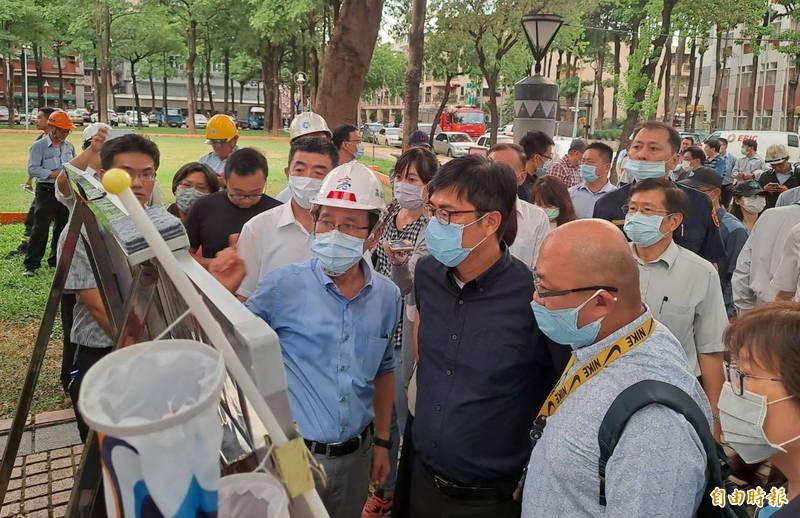 陳其邁在9月11日下午即趕抵乙烯外洩現場了解狀況,並立刻進行危機處理。(記者黃旭磊攝)