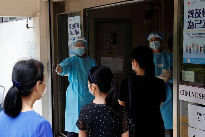 香港武肺死亡病例今天達100宗,光是第三波疫情就有93人死亡。圖為香港實施免費檢測的畫面。(路透)